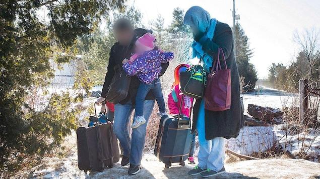 Une famille du Yémen traverse illégalement la frontière entre le Canada et les États-Unis.