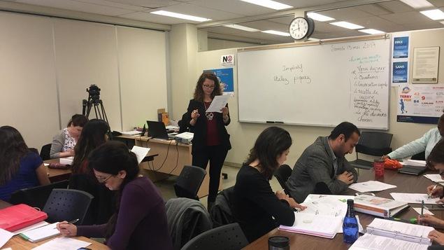 Une femme donne un cours à des enseignants