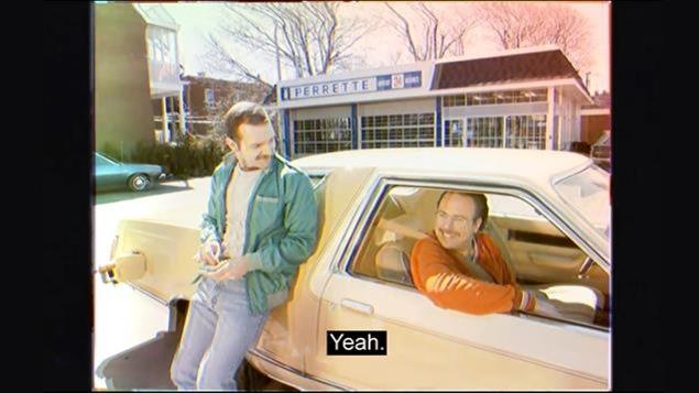 Capture d'écran d'une publicité vidéo sur la page Facebook de Loto-Québec. On voit deux acteurs dans une publicité qui date supposément de 1982.