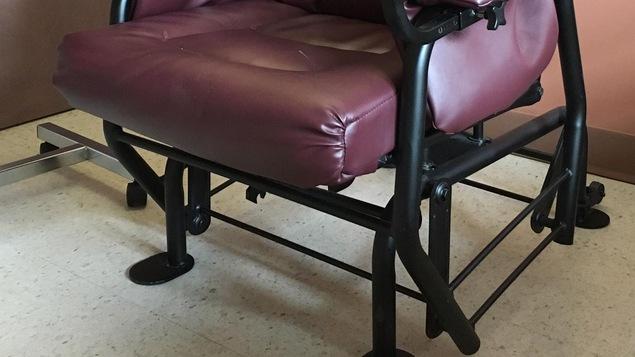 Le fauteuil autobloquant aide les personnes à mobilité réduite à se relever et empêche les blessures.