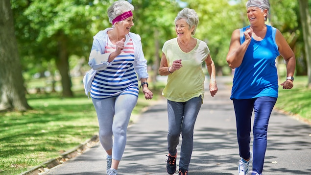 Trois femmes font de la course à pied.