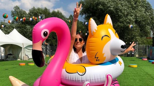Un flamand rose, un renard ainsi qu'un mouton gonflables (comme des jeux de piscines) installés un sur l'autre.