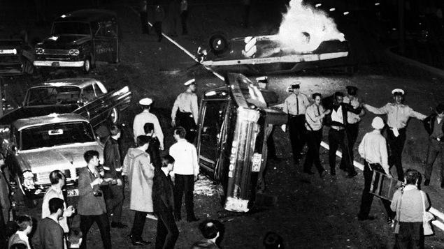 Des policiers arrêtent des manifestants lors des émeutes de la fête nationale, à Montréal, le 25 juin 1968