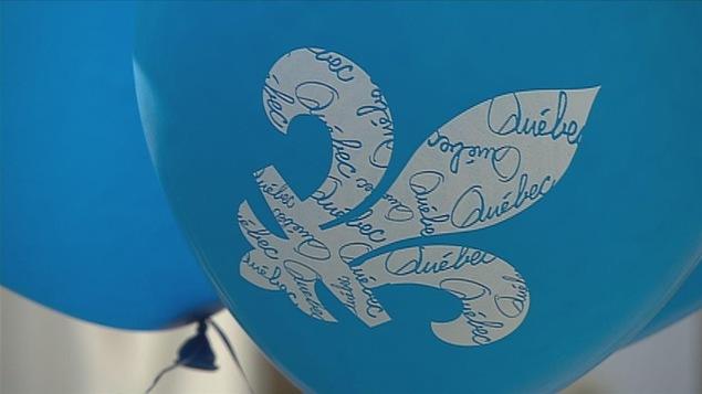Un ballon bleu pâle avec une fleur de lys, en gros plan.