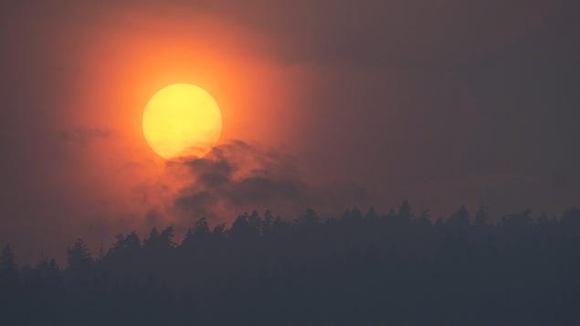 Les feux tiennent sur le qui-vive des milliers de personnes — Canada