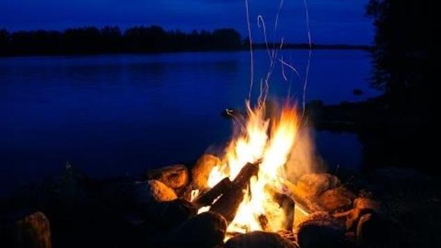 Les feux de camp bient t permis sur les berges du fleuve - Faire un feu de camp dans son jardin ...