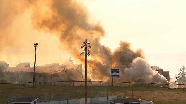 Fumée qui s'échappe d'un bâtiment.