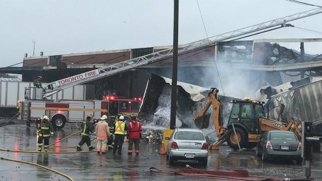 Photo montrant des remorques incendiées sur le site du feu.