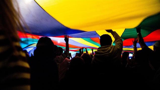 La foule lors d'un spectacle de Rich Aucoin au Festival de musique émergente de l'Abitibi-Témiscamingue