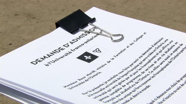 Des formulaires d'inscription à l'université franco-ontarienne sont distribués aux participants