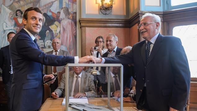 Emmanuel Macron en train de voter au premier tour des législatives françaises