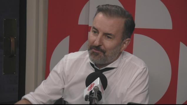 François Charron en entrevue dans le studio de Radio-Canada.
