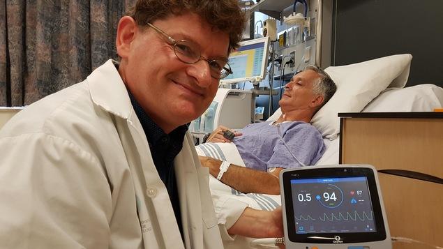L'interniste intensiviste François Lellouche au chevet d'un patient