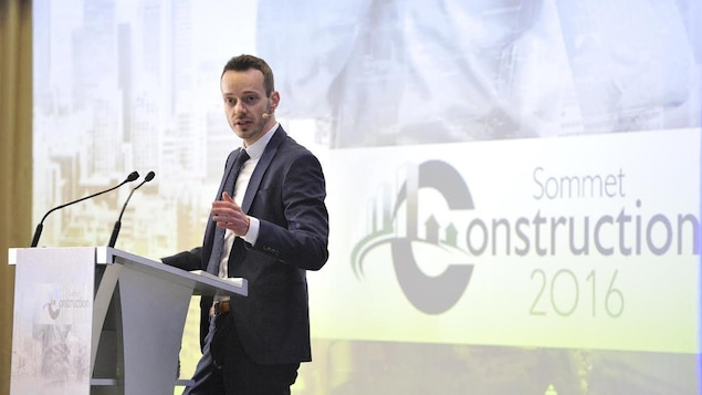 Le vice-président de l'APCHQ, François-William Simard, lors d'une présentation au sommet de la Construction 2016.
