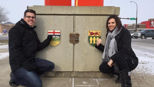 Une photo de Brent Roy et Nicole Lavergne-Smith sur la frontière de l'Alberta et de la Saskatchewan
