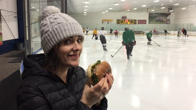 Une photo de Nicole Lavergne-Smith et un hamburger