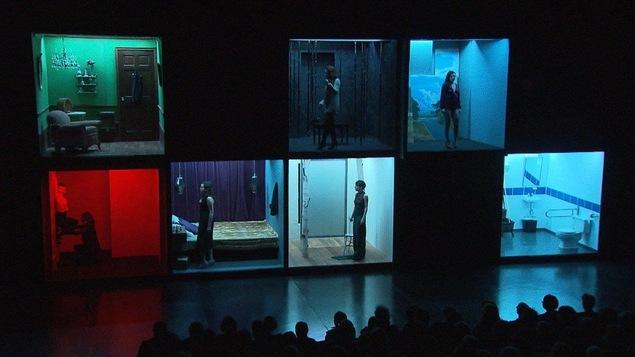 Vue d'ensemble de la mise en scène de la pièce de théâtre « La fureur de ce que je pense » présentée à L'Espace Go