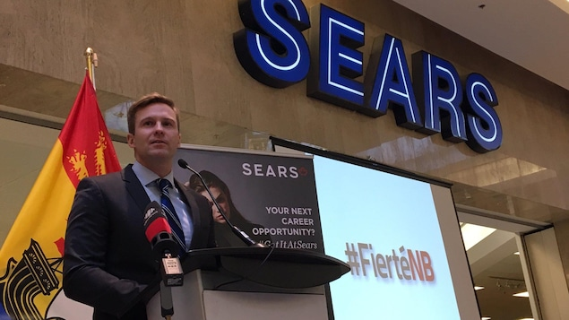 Brian Gallant devant un magasin de Sears