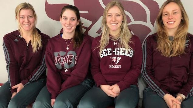 Meagan McGauhey, Kaylee Lapensee, Taylor McGauhey, et Véronik Samson dans les gradins du centre sportif de l'Université d'Ottawa.