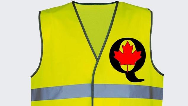 C'est un gilet jaune, sur lequel on peut voir la lettre « Q » et une feuille d'érable.