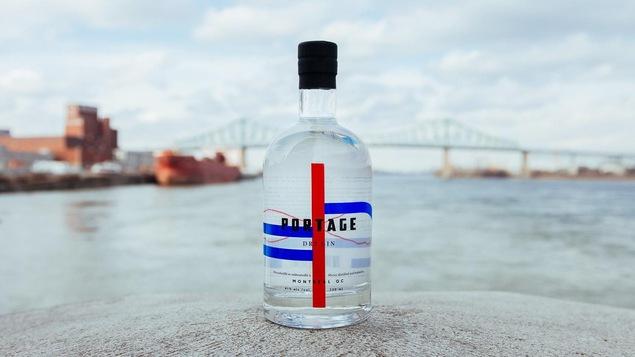 Un bouteille de gin est placée devant le pont Jacques-Cartier.