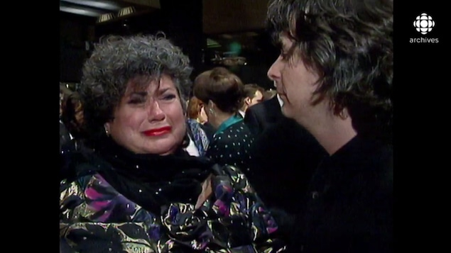 Ginette Reno pleure aux côtés de Jean-Claude Lauzon qui la console.