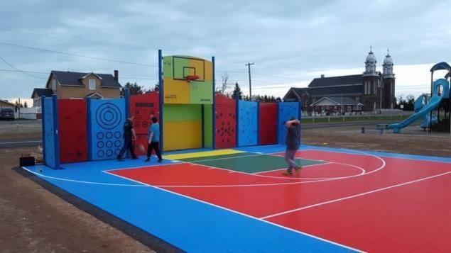 Des jeunes s'amusent au parc multisports d'Inkerman