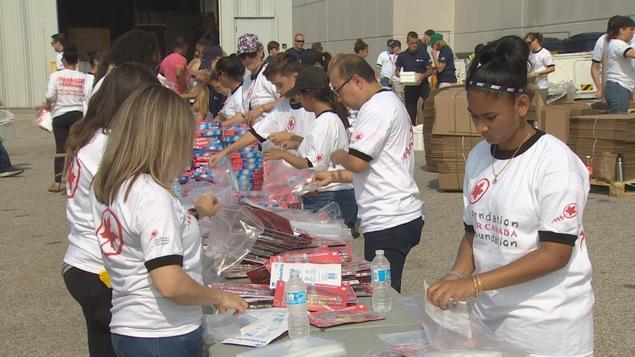 Des bénévoles assemblent des trousses d'urgence
