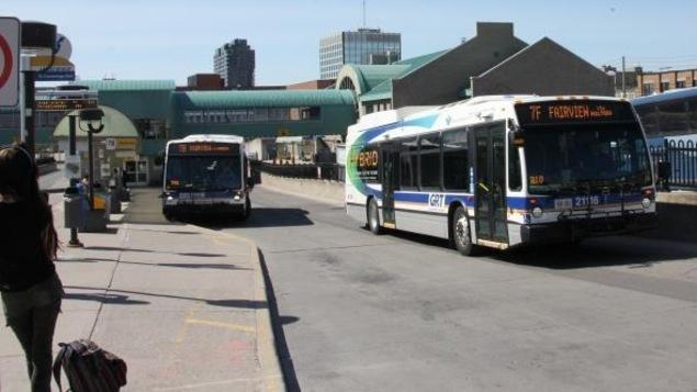 Terminal d'autobus de Grand River, une femme attend le bus
