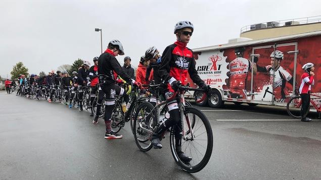 Une cinquantaine de jeunes cyclistes se tiennent en file indienne et prêts pour le départ officielle de La Grande Traversée 2018.