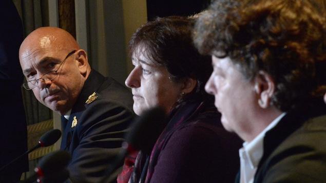 Bob Paulson, commissaire de la GRC, avec les plaignantes Janet Merlo au centre et Linda Davidson, en octobre 2016 à Ottawa