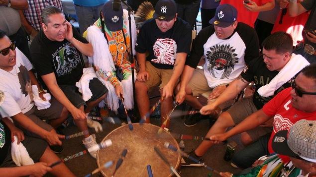 Photo du groupe autour d'un tambour
