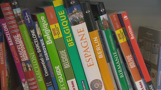 Guides de voyage dans une bibliothèque.