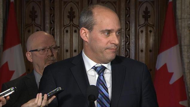Guy Caron répond aux questions des journalistes à Ottawa.