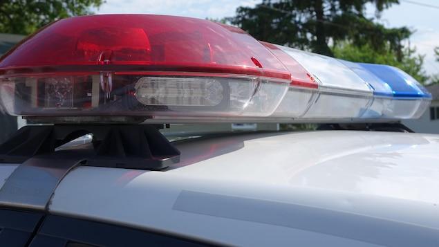 Gyrophares d'un véhicule de la Sûreté du Québec (SQ), lors d'une perquisition à Louiseville le 1er juin 2017.