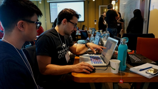 Olivier Miguel devant un ordinateur, travaille avec son équipe sur un projet d'orthèse.