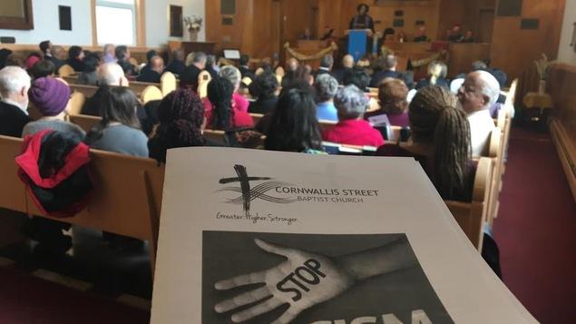 Une foule dans une église
