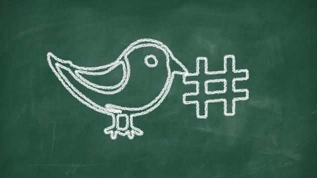 Icône de l'oiseau de Twitter tenant un hashtag dans son bec.