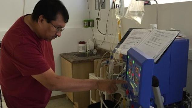 Steven Chapman calibre la machine qu'il utiliser pour son traitement d'hémodialyse