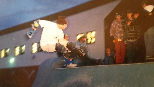 Un photo d'archives montre un homme faisant de la planche à roulettes devant un public.