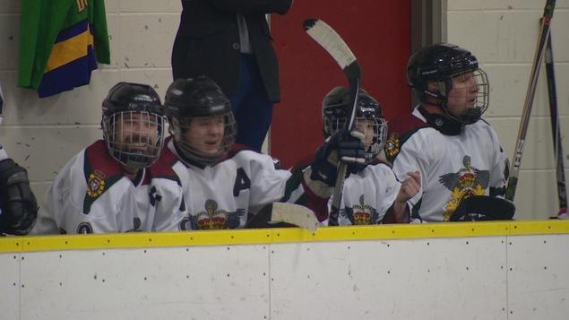 Hockey sur glace pour quelques soldats des Forces armées canadiennes à Edmonton
