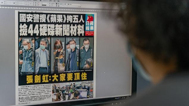 Un journaliste devant son écran d'ordinateur