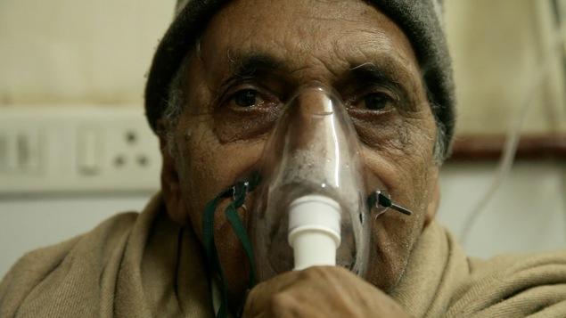Un patient malade des poumons à l'Hôpital AIIMS de New Delhi