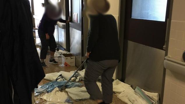 Des employés de l'Hôpital de Hull s'affairent à éponger l'eau qui a inondé certains étages.