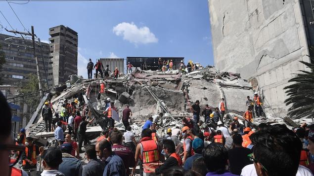 Des sauveteurs s'activent pour retrouver des survivants dans les décombres d'un édifice qui s'est effondré après le tremblement de terre de magnitude 7,1 survenu mardi.