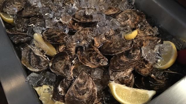 Au restaurant le Boating Club de Laval, on sert des huîtres de l'île-du-Prince-Édouard. Celles-ci proviennent, le producteur est Jacob Dockendorff de la maison Atlantic Shellfish. Ce sont des huîtres de culture