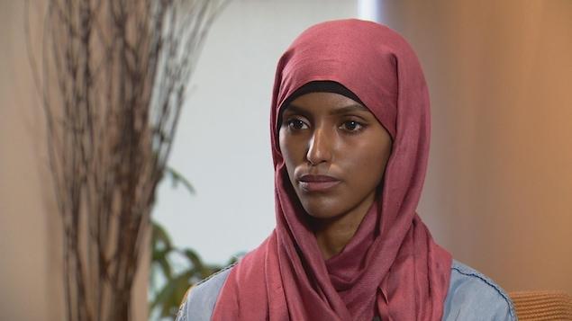 Amino Rashid affirme que ses collègues ont parlé de « capuche » pour désigner son hijab.