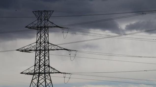 une antenne et des câbles électriques