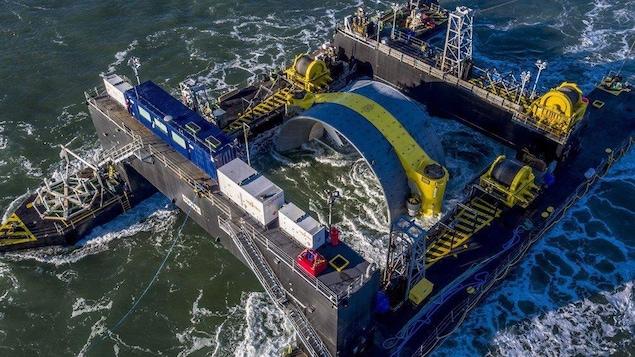 Une hydrolienne transportée par deux bateaux