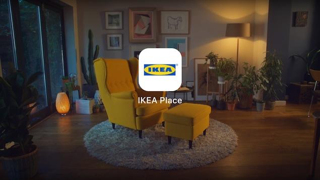 La photo d'un salon avec un éclairage tamisé, au centre duquel se trouve un fauteuil et un appuie-pieds jaunes avec un logo d'IKEA en superposition.